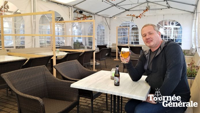 Cafébaas Johan van de Koevering klinkt op de heropening van de horeca met het feestbier van Vals Paterke.