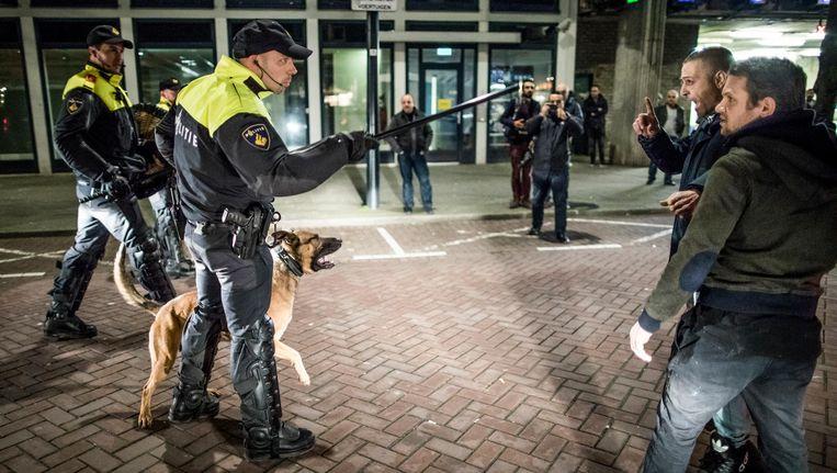 Politie maakt de straat aan de achterkant van het Turkse consulaat in Rotterdam leeg. Beeld Freek van den Bergh . de Volkskrant
