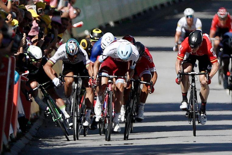 Peter Sagan geeft Mark Cavendish de beruchte elleboogstoot tijdens de massasprint in de vierde etappe. Beeld belga