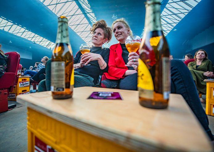 Elles Brinkgreve (links) en Ellen Oostenrijk bij het concert van Wende in Burgerhaven: ,,Dit hebben we enorm gemist. Ik ben zelfs een beetje zenuwachtig, heb vlinders in mijn buik.''