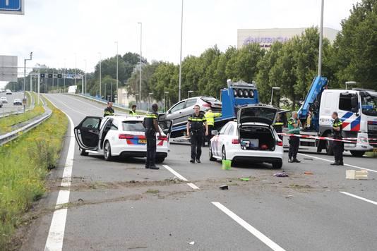 De gecrashte auto wordt weggesleept.