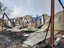 Rokende restanten van verbrande schuren in buitengebied Groenlo; verslagenheid groot