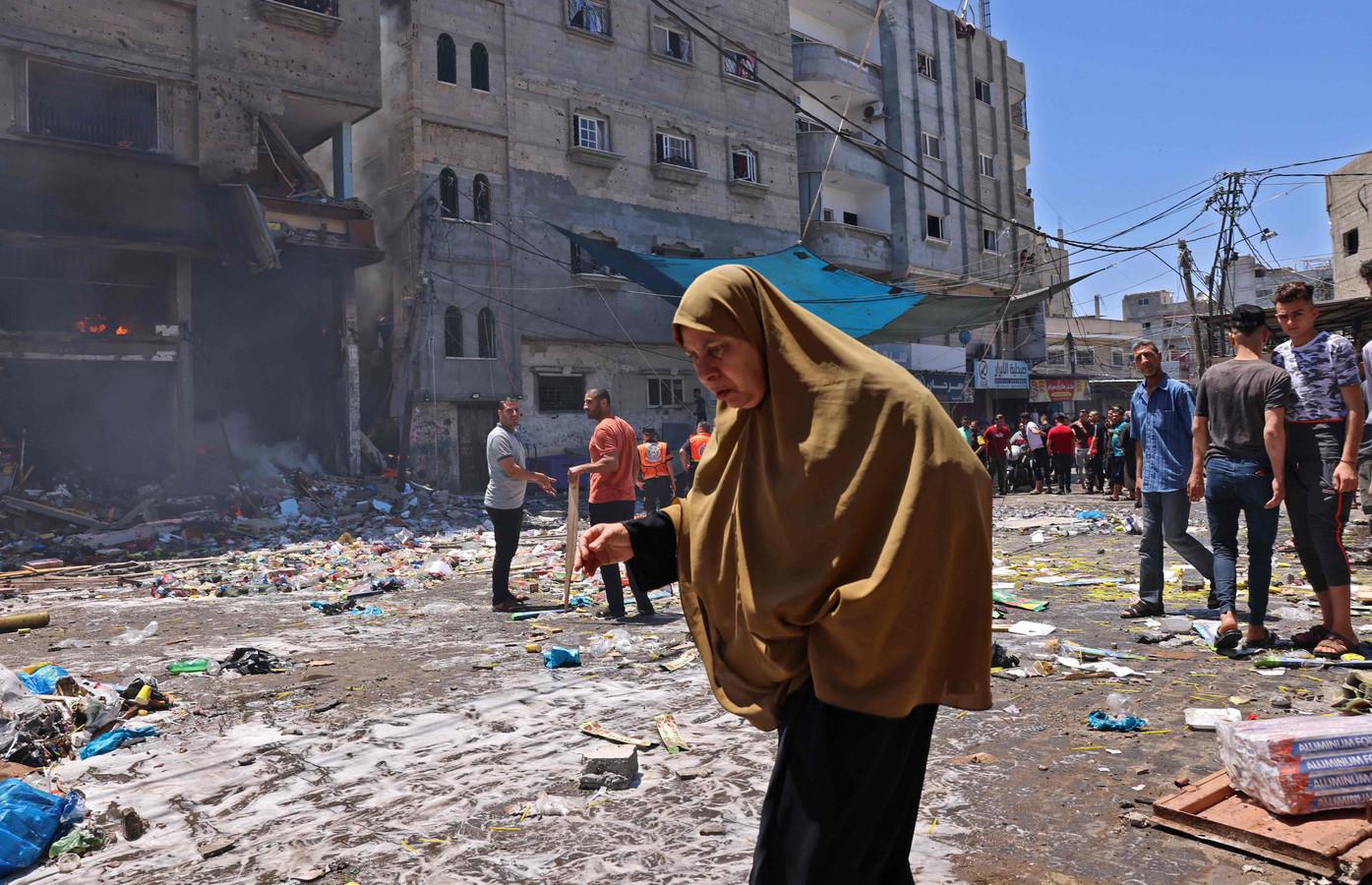 Een Palestijnse vrouw te midden van de ravage na Israëlische aanvallen op het zuiden van de Gazastrook.