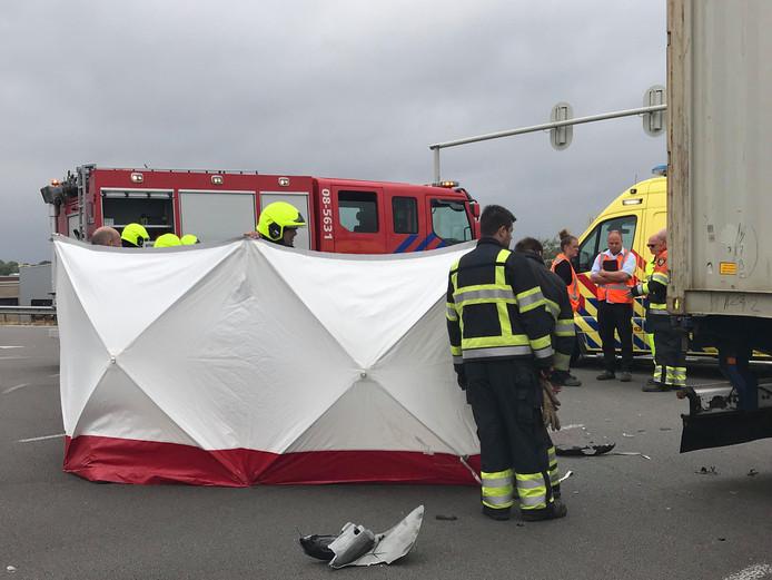 Motorrijder zwaargewond na aanrijding met vrachtwagen bij Zaltbommel.