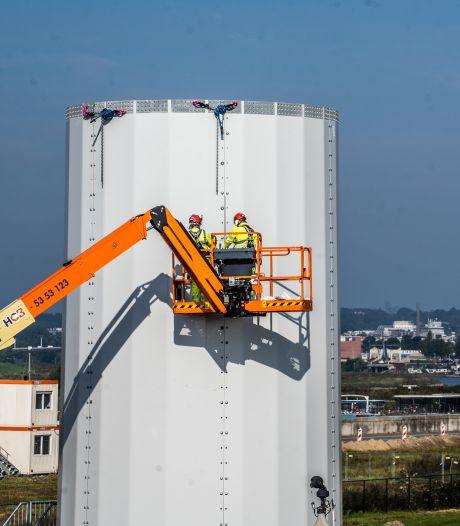 Eerste windmolen langs Koningspleij is in aanbouw