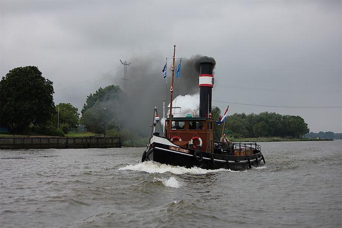 De Jan de Sterke in actie. Zo zien de vrijwilligers hun stoomsleepboot het liefst.