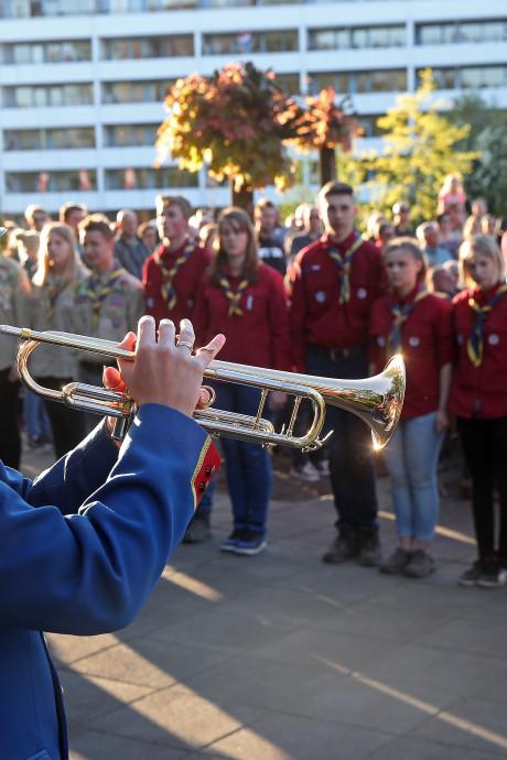 Niet de raadsleden, maar de oorlogsveteranen lopen voorop tijdens dodenherdenking