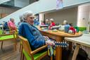 Jo (99) vermaakt zich uitstekend met de bellen tijdens de muziekmiddag in St. Elisabeth in Roosendaal.