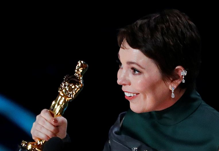 Een zichtbaar geëmotioneerde Olivia Colman, die de Oscar voor beste actrice won voor haar rol als Queen Anne in 'The Favourite', stamelde zich door haar dankwoord. Beeld REUTERS