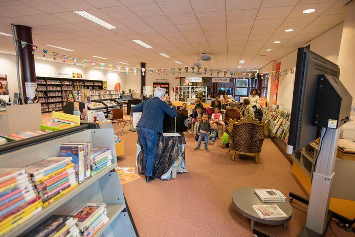 De bibliotheek in De Enck in Oirschot wordt bedreigd door forse bezuinigingen.