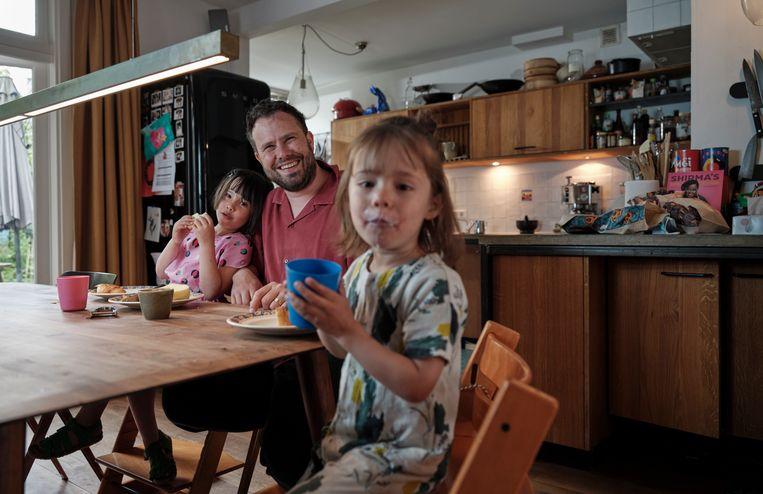 Samuel Levie met zijn dochters. Beeld Erik Smits