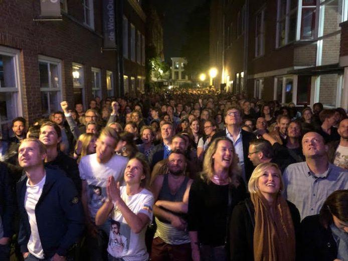 Ongeveer tweeduizend Songfestivalfans zagen Duncan Laurence zaterdag op een groot scherm in de steeg naast homocafé Kalff winnen