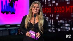 Zangeres Kelly Clarkson aangeklaagd door management