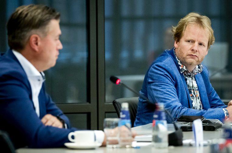 Ingenieur Ruben van der Horst (rechts) uit Herwijnen spreekt samen met zijn dorpsgenoot Edwin Rijkse met de Tweede Kamer over de plaatsing van een militair radarstation in Herwijnen.  Beeld ANP/Sem van der Wal