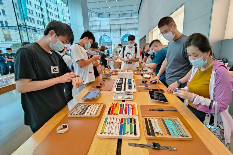 Bezoekers van een Apple Store in Shanghai. Amerikaanse techbedrijven deden het beter dan hun Chinese branchegenoten. Beeld Getty Images
