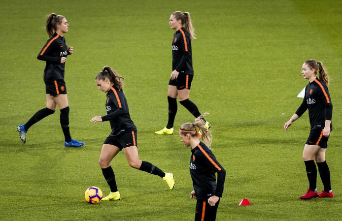 Het Nederlands vrouwenvoetbalelftal tijdens de training in stadion Galgenwaard voorafgaand aan de finale van de play-offs tegen Zwitserland. ANP KOEN VAN WEEL