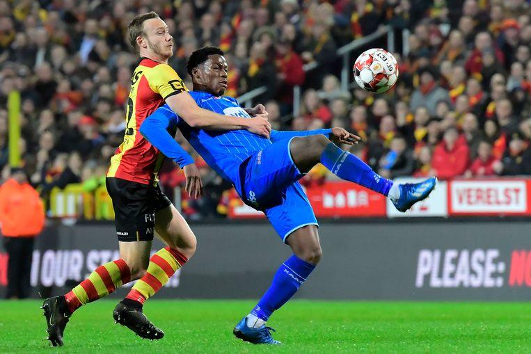 Malinwa-verdediger Alexander Corryn heeft veel moeite met de snelle Jonathan David. Beeld Photo News
