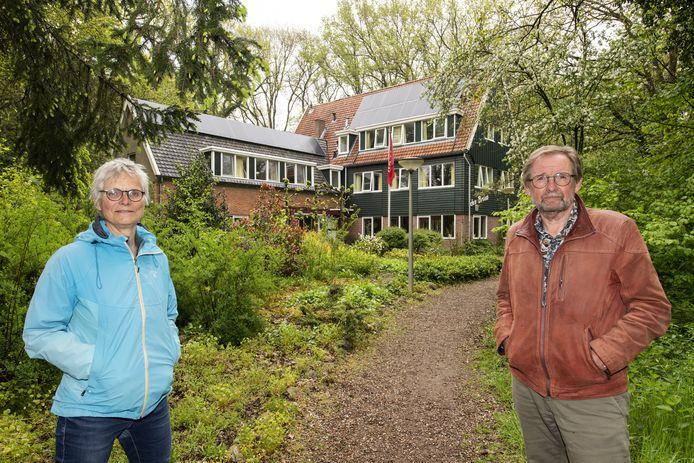 """Natuurvriendenhuis Den Broam bestaat 90 jaar. Wien Gerards en Henk Nijhof zien de toekomst rooskleurig tegemoet: """"De ouderen van nu zien we hier over tien jaar niet meer. Daarom maken we het terrein aantrekkelijker voor jonge mensen."""""""