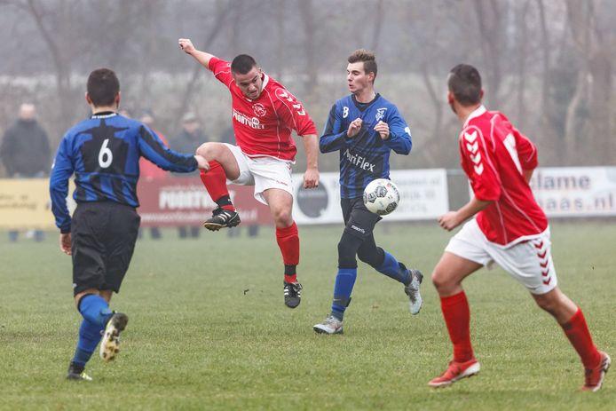 Een duel Julien Vermeulen (Smerdiek) en (in het rood) SPS-speler Jelmer Flikweert op de velden in Sint-Maartensdijk.
