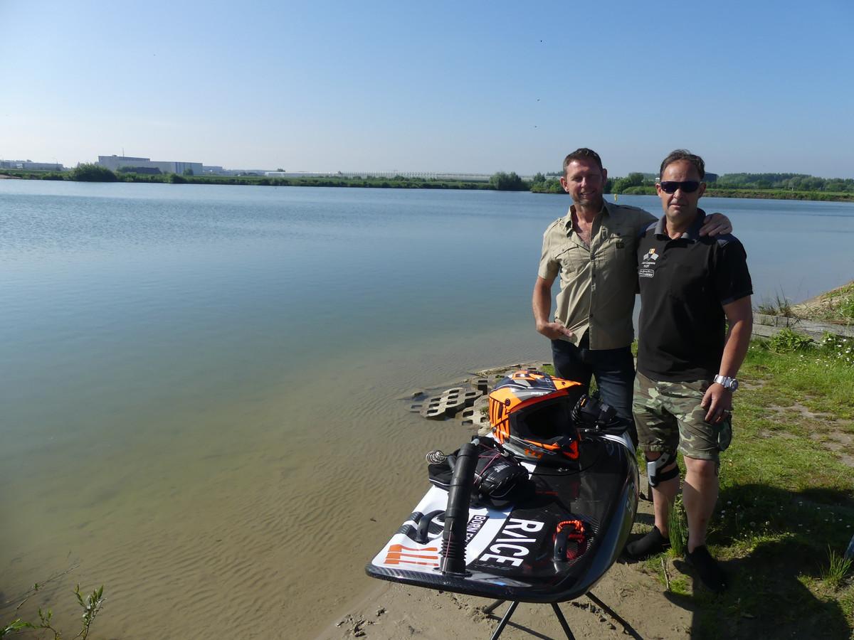 Francies Van Daele van Windsurfing Deinze en organisator Alain Coppens aan de surfput.