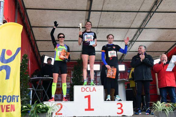 De podiumplaatsen van de 8 kilometer bij de vrouwen: 1. Jolien Vandemoortele 2. Karolien Smet 3. Katrien Verstuyft