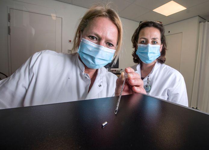 Chirurg-oncoloog Ilse Jannink met achter haar radioloog Floortje Klerx met het mini-magneetje dat in het HagaZiekenhuis gebruikt wordt bij een revolutionaire behandeling om een tumor die zo klein is dat je hem niet kan voelen in de borst weg te halen.