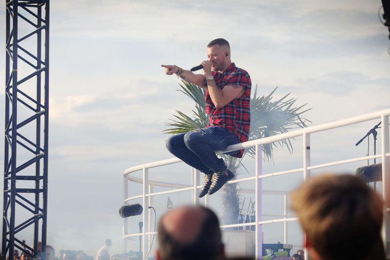 Gers Pardoel zingt 'Morgen ben ik rijk' op het balkon van het Q Beach House in Oostende.
