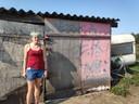 Nathalie bij de onverklaarbare graffiti-teksten.