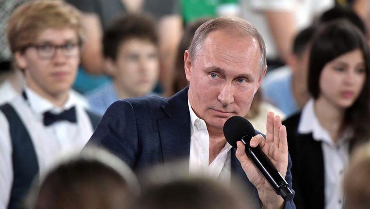 De Russische president Vladimir Poetin beantwoordde de serieuze en minder serieuze vragen van kinderen en jongeren tijdens een Q&A-sessie. Beeld afp