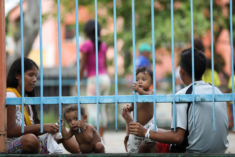 Een inheems Warao koppel met hun kinderen bij een opvang ter bescherming tegen het coronavirus in Manaus, Brazilië. Beeld REUTERS