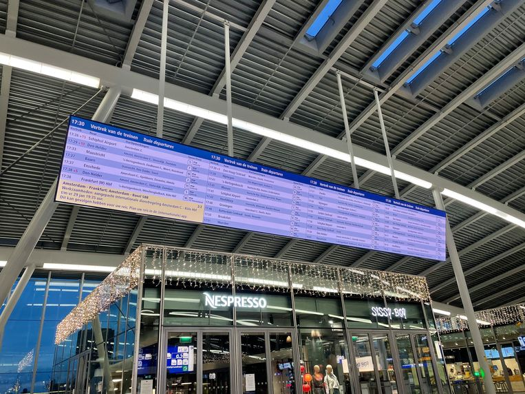 Het nieuwe informatiescherm over vertrekkende treinen op Utrecht CS. Beeld Prorail