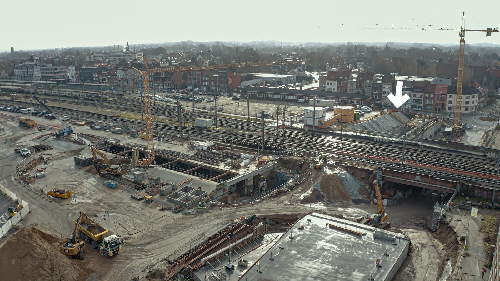 Bij de pijl zie je waar de nieuwe fiets- en bustunnel wordt ingeschoven. Daarboven zie je de sporen. Zeven van de acht sporen worden tijdelijk buiten dienst genomen.