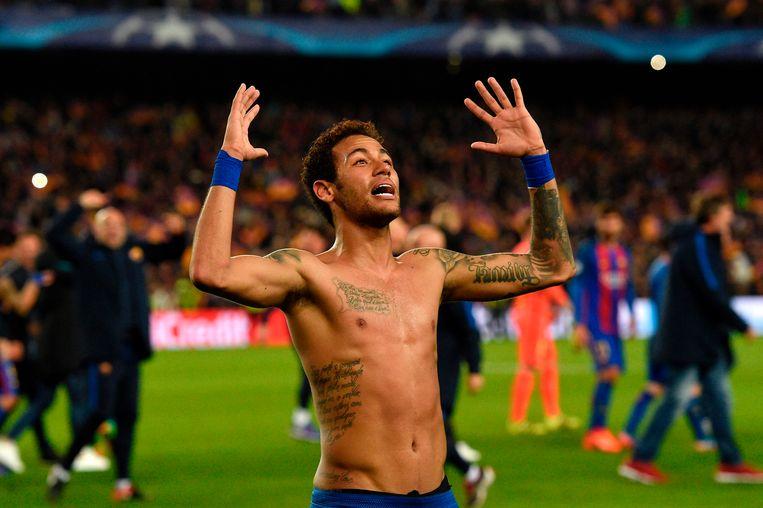 De Braziliaan Neymar dankt God na de kwalificatie. Beeld AFP