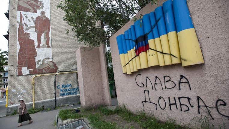In de Oost-Oekraïense stad Artemovsk is de Oekraïense vlag overgeschilderd met de vlag van de vrije republiek Donetsk van de separatistische activisten. Beeld AP