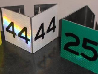 Gemeentebestuur Roosdaal verdeelt gratis reflecterend huisnummers