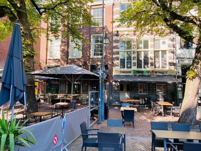 De Heeren op de Brink (links) is failliet. Feestcafe de Tijd ernaast blijft voorlopig nog gesloten: de anderhalve meter afstand is er niet te waarborgen.
