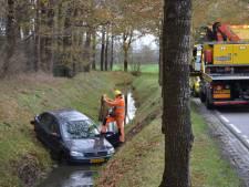 Auto slipt, knalt tegen een boom en belandt in sloot in Scherpenzeel