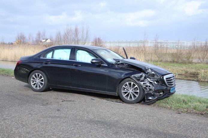 Een van de beschadigde voertuigen aan de Lingewal in Bemmel.