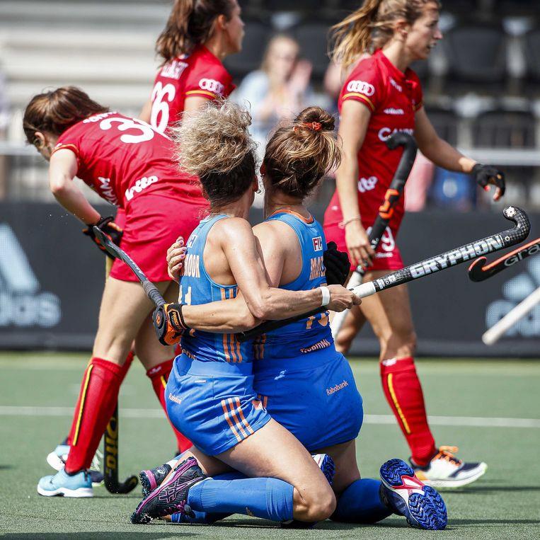 Maria Verschoor en Frederique Matla vieren de 1-0. Beeld Willem Vernes/ANP