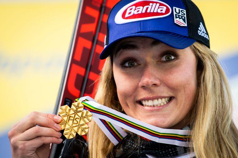 Mikaela Shiffrin toont de gouden medaille die ze won op de combinatie.  Beeld AP