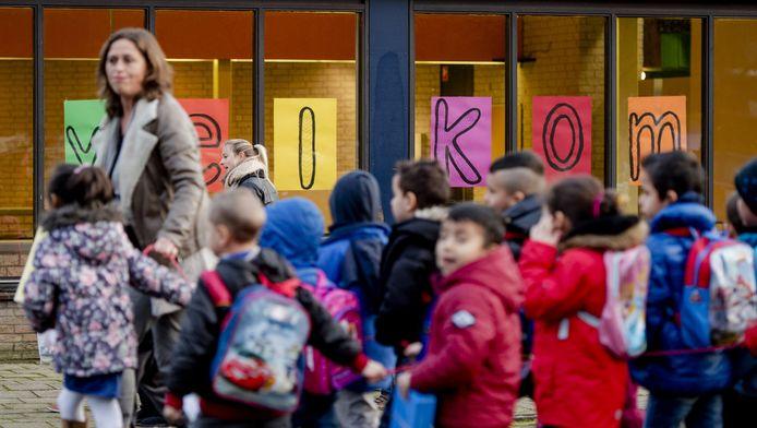 Kinderen uit de noodopvanglocatie Heumensoord zijn op hun eerste schooldag op 11 januari op weg naar de nieuwe Heumensoordschool. De school biedt primair en voortgezet onderwijs voor de 565 kinderen van de 3000 vluchtelingen die verblijven op de noodopvanglocatie van het COA.