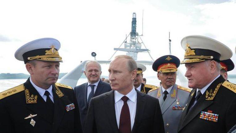 Poetin en commandanten van de Noordelijke Vloot vorig jaar zomer in Severomorsk. Tweede van rechts is minister van Defensie Sergei Shoigu. Beeld EPA