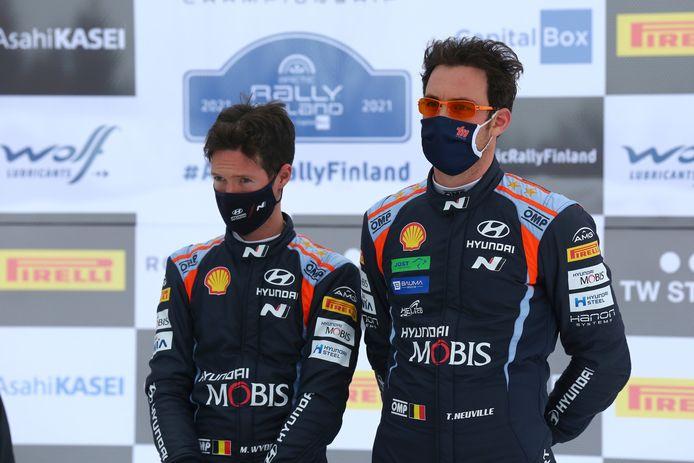Martijn Wydaeghe (l.) en Thierry Neuville op het podium van de WRC Arctic Rally Finland afgelopen weekend.