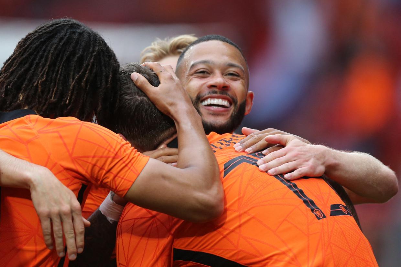 Spelers van het Nederlands elftal vieren een doelpunt.