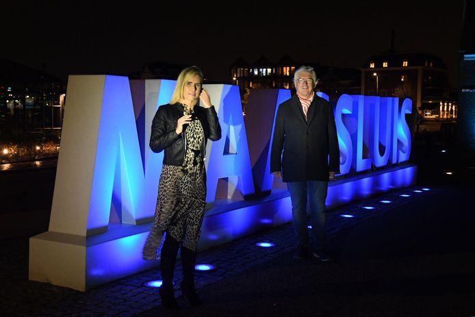 De Maassluise wethouder Corine Bronsveld en Chris Zweers, voorzitter van SPEM bij de 'blauwe letters'.