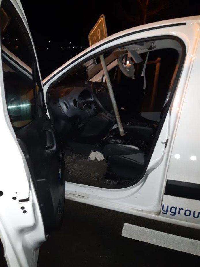 Een van de automobilisten kreeg een metalen paaltje dwars door zijn voorruit.