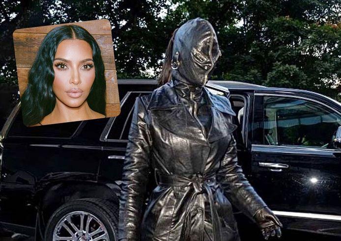 Kim Kardashian fait à nouveau sensation et bouleverse les codes vestimentaires.