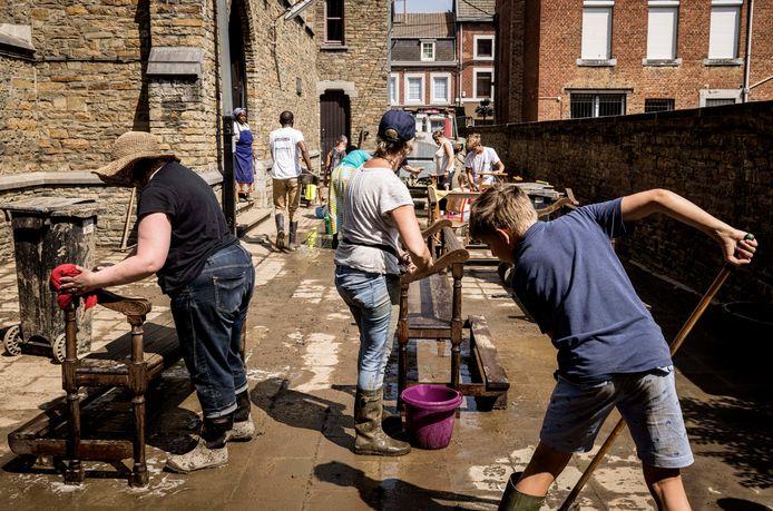 Mensen helpen met opruimen en schoonmaken na de overstromingen in Pepinster.