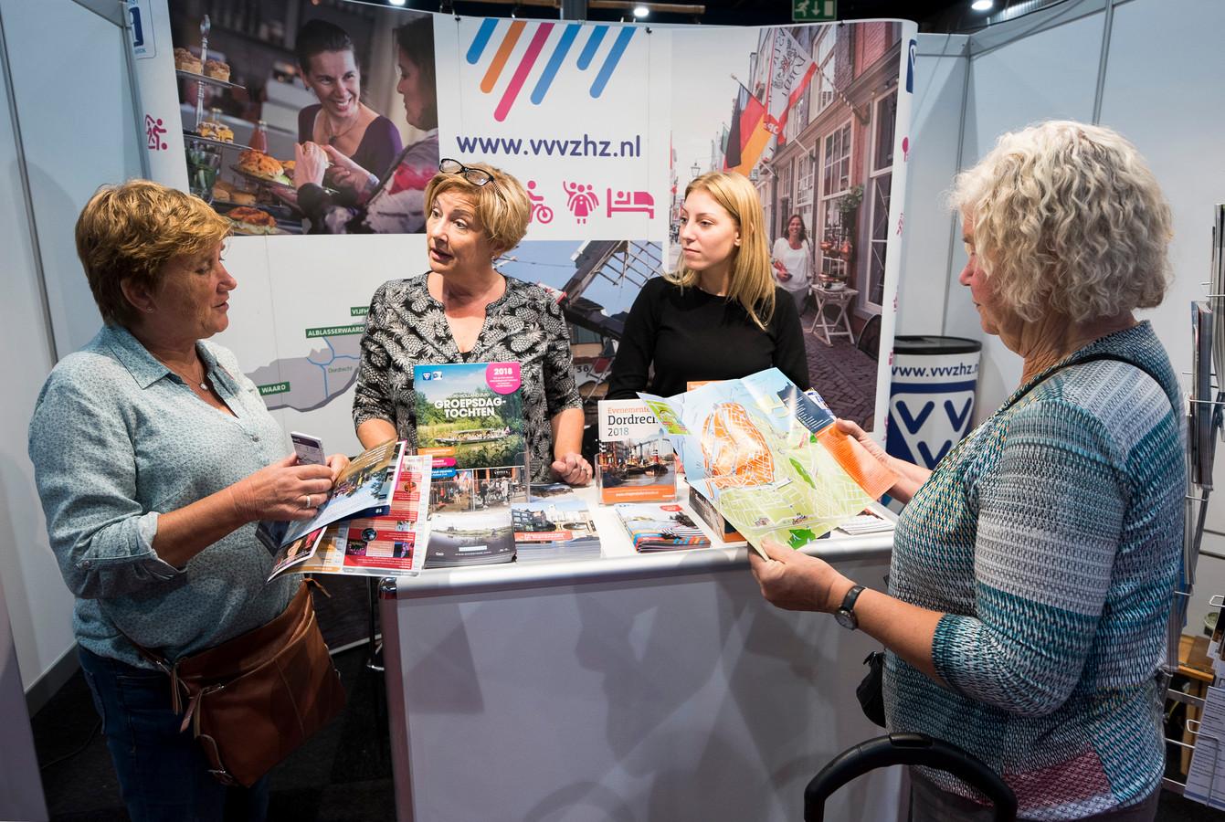 Medewerkers van de VVV Zuid-Holland Zuid op de Seniorenbeurs in 2018.