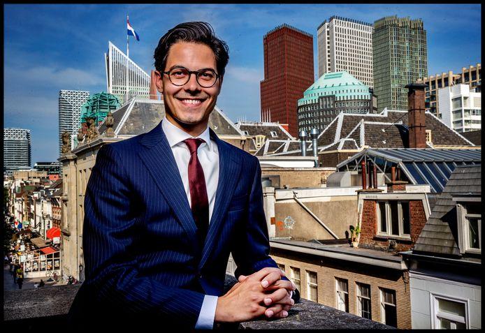 Portret van D66-Kamerlid Rob Jetten op het balkon van zijn werkkamer in Den Haag.